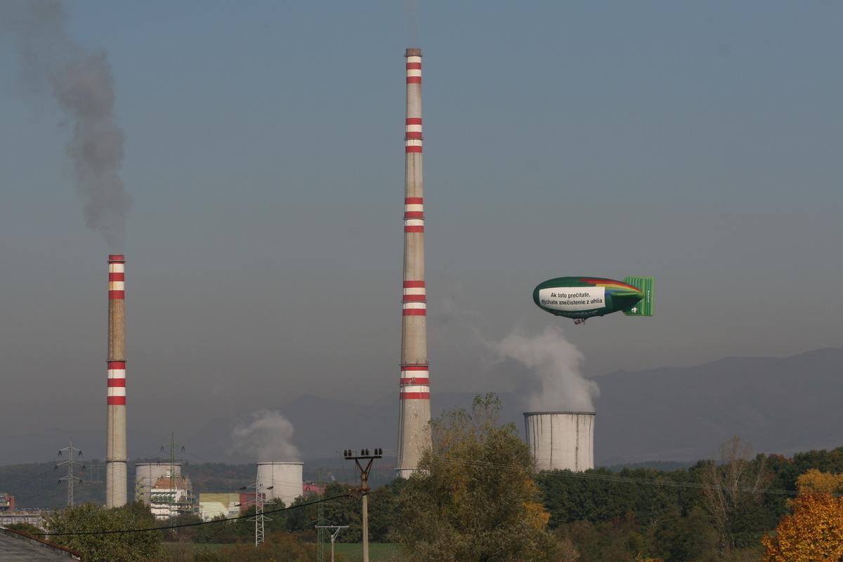 Airship over Coal Plant in Slovakia. © Vladimir Benko / Greenpeace