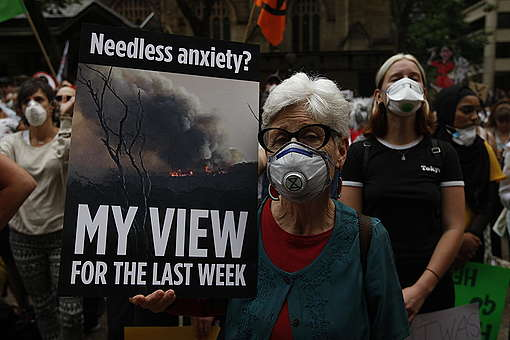 Activists at the Bushfires and Climate Emergency Rally in Sydney. © Dean Sewell / Greenpeace