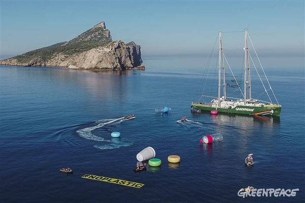 Greenpeaceova ladja Rainbow Warrior med protestom v Sredozemskem morju (Pedro Armestre / Greenpeace)