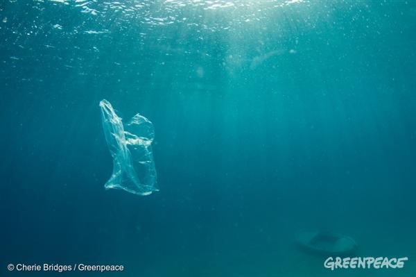 Plastika pri svojem razgrajevanju povzroča onesnaževanja ozračja