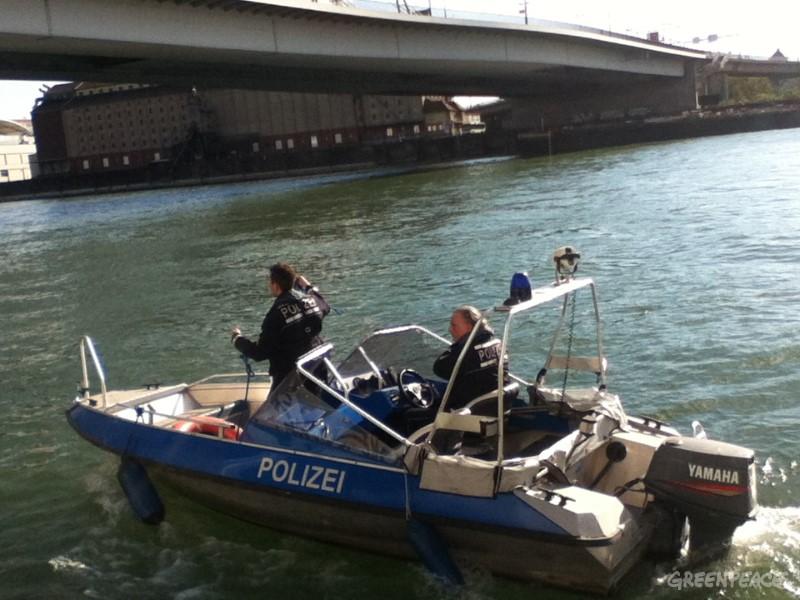 Policijski čoln ob privezu. Foto: Greenpeace/Ines Gorkič