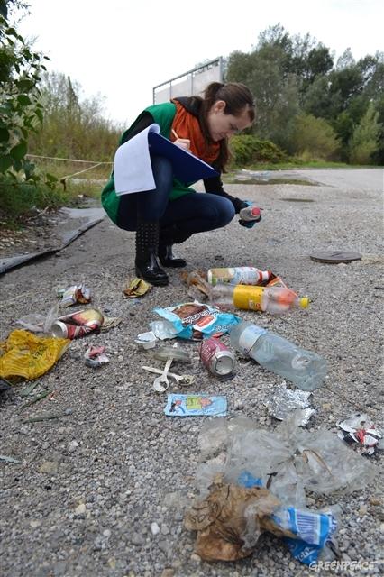 Del zbranih plastičnih odpadkov na čistilni akciji Očistimo Slovenijo, 2018, kjer smo izvajali tudi popis blagovnih znamk (Foto: Ines Kavgić/Greenpeace)