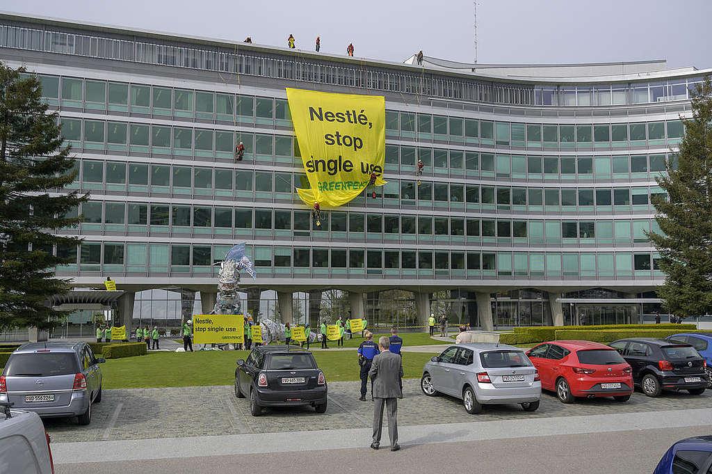 Plastic Monster akcija na sedežu Nestléja v Švici