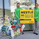 Greenpeaceovi aktivisti vračajo plastične odpadke nazaj na sedež podjetja Nestlé