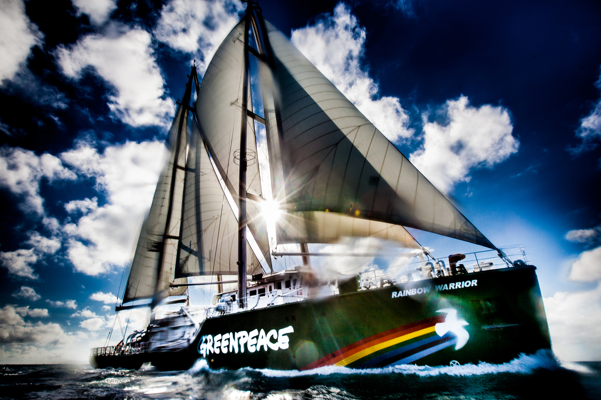 Rainbow Warrior Near the Queensland Coast. © Tom  Jefferson / Greenpeace