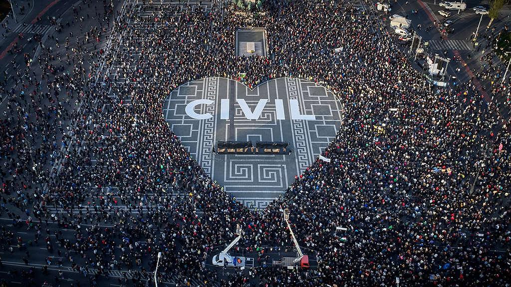 Skupina civilne družbe je organizirala nenasilni dogodek na ikonskem trgu junakov v Budimpešti. © Bence Jardany