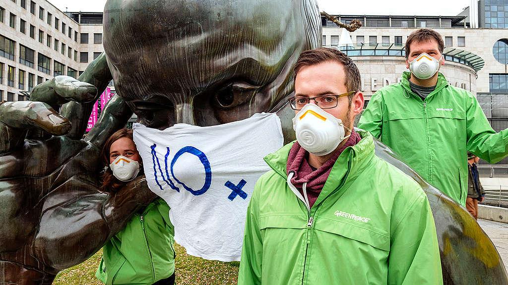 Greenpeaceovi aktivisti na protestu v Stuttgart, kjer zahtevajo ukrepanje na področju onesnaženosti zraka. © Martin Storz / Greenpeace