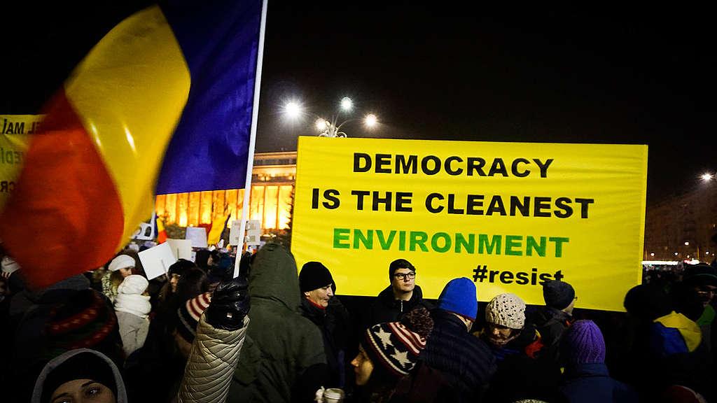 Protest v podporo demokraciji v Romuniji. © Ionut Brigle / Greenpeace