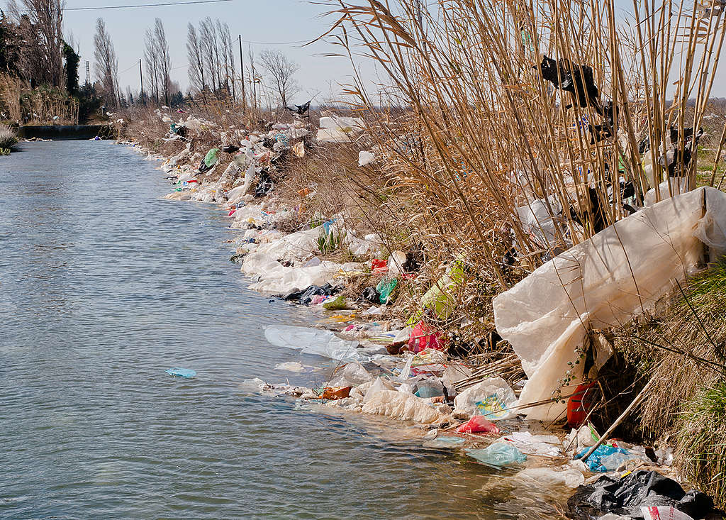Plastično onesnaženje, ki ga je k vodi prinesel veter iz odlagališča La Crau v Franciji. © Wolf Wichmann / Greenpeace