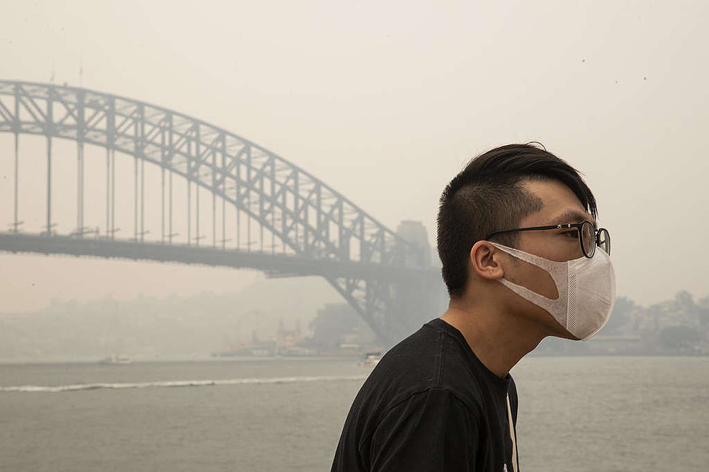Man with Face Mask in Sydney, NSW. © Cole Bennetts / Greenpeace
