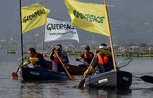 Coastal Clean-up in the Philippines. © Jimmy Domingo / Greenpeace