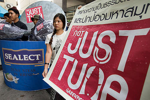 Protest at Thai Union Headquarters in Thailand. © Baramee  Temboonkiat / Greenpeace