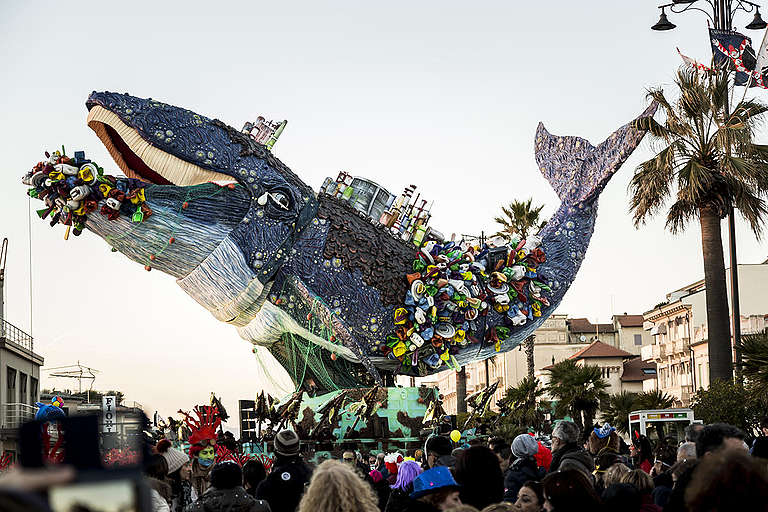 Giant Choking Plastic Whale at Viareggio Carnival in Italy. © Francesco Alesi / Greenpeace