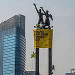 Greenpeace unfurls two urgent messages for Jokowi's second term