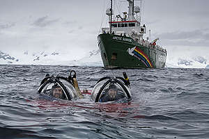 Javier Bardem and submarine pilot John Hocevar. © Christian Åslund / Greenpeace