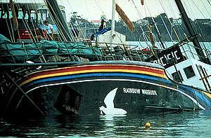 Bild på när Rainbow Warrior blev attackerad av franska agenter i Auckland.