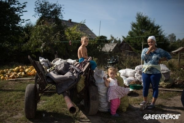 Family with potato cart in Ukraine.  © Denis Sinyakov / Greenpeace
