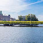 Hundra meter lång banderoll mötte riksdagsledamöterna på första arbetsdagen