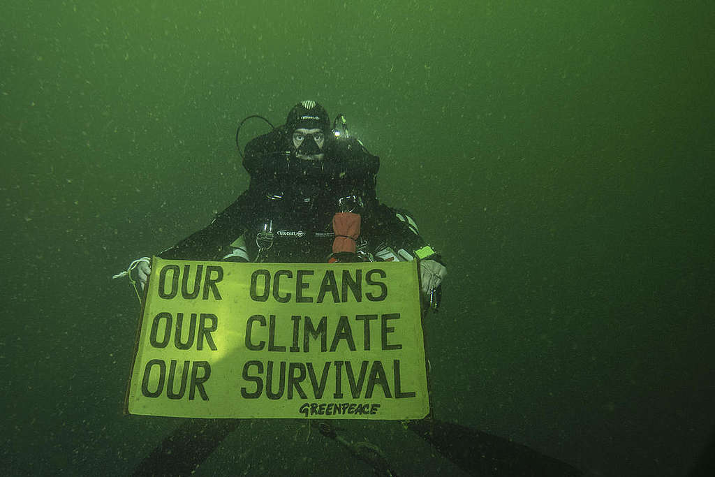 Underwater Banner Action - IPCC Report. © Alexis Rosenfeld / Greenpeace