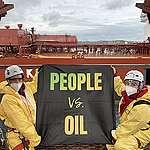 Aktivister blockerar råoljehamnen inne på Preemraff i Lysekil