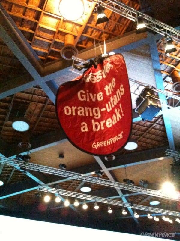 Spektakuläre Greenpeace-Aktion an Nestlé-Generalversammlung