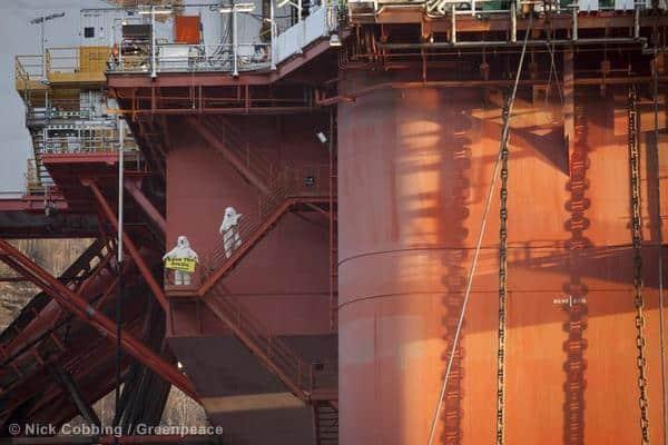 Greenpeace-Eisbären klettern auf Statoil-Bohrinsel / Ölkonzern sistiert Ölbohrungen