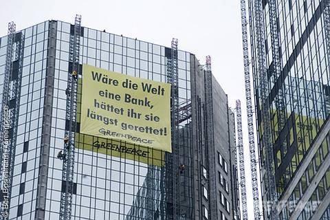 Greenpeace-Kletterer protestieren im Frankfurter Bankenviertel
