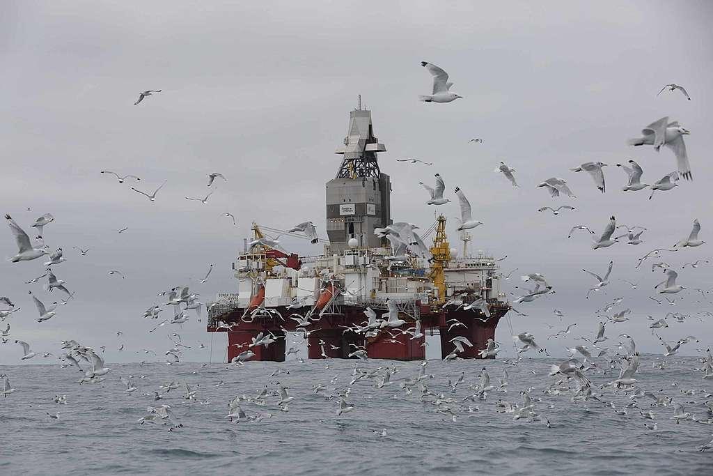 Protestation contre les forages pétroliers en Norvège: l'Arctic Sunrise arraisonné!