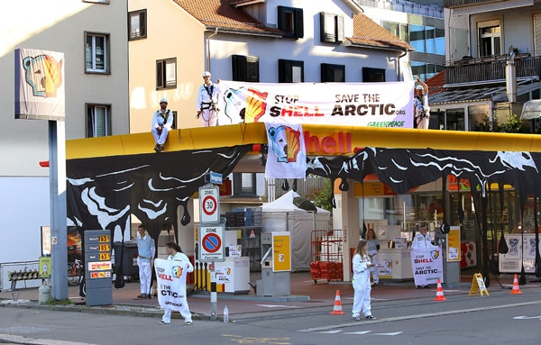 Des militants Greenpeace bloquent les stations d'essence Shell