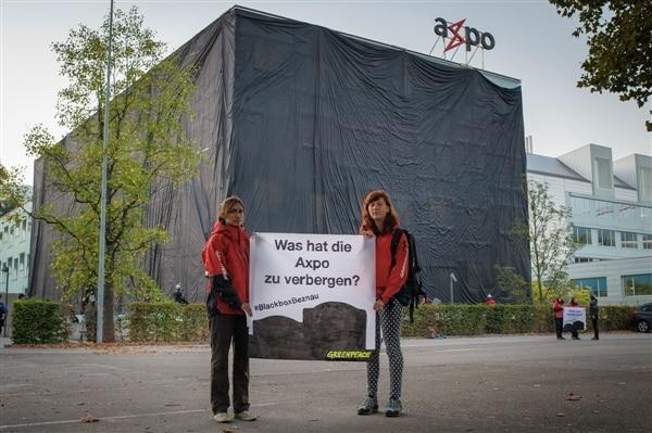 AktivistInnen machen Axpo-Hauptsitz zur Blackbox