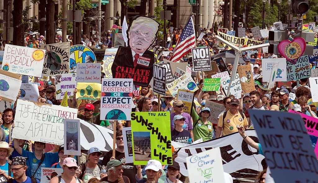 100 Tage Trump – Tausende gehen fürs Klima auf die Strasse