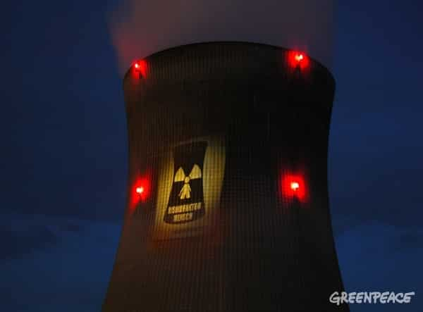 Action de militants Greenpeace à la centrale nucléaire de Leibstadt, 2003, © Greenpeace / Ex-Press / David Adair