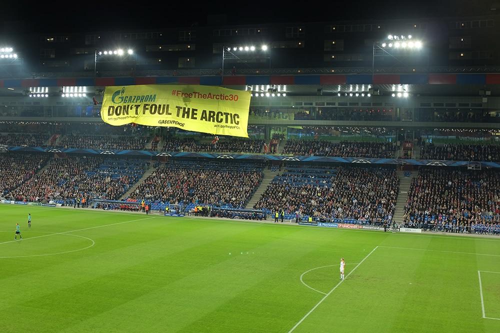 Spektakel in Basel – Rote Karte für Fussball-Sponsor Gazprom