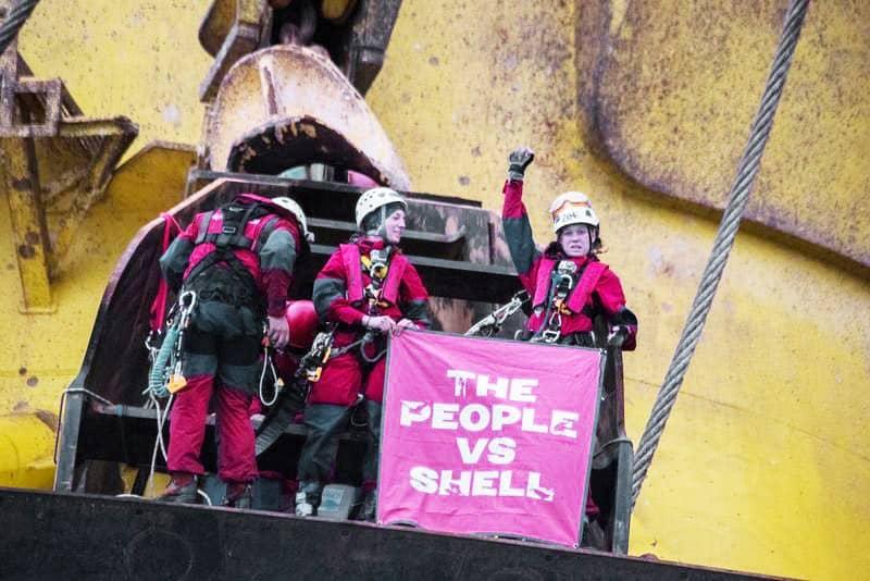 Protégeons l'Arctique: les défenseurs de l'Arctique occupent une plateforme pétrolière suisse