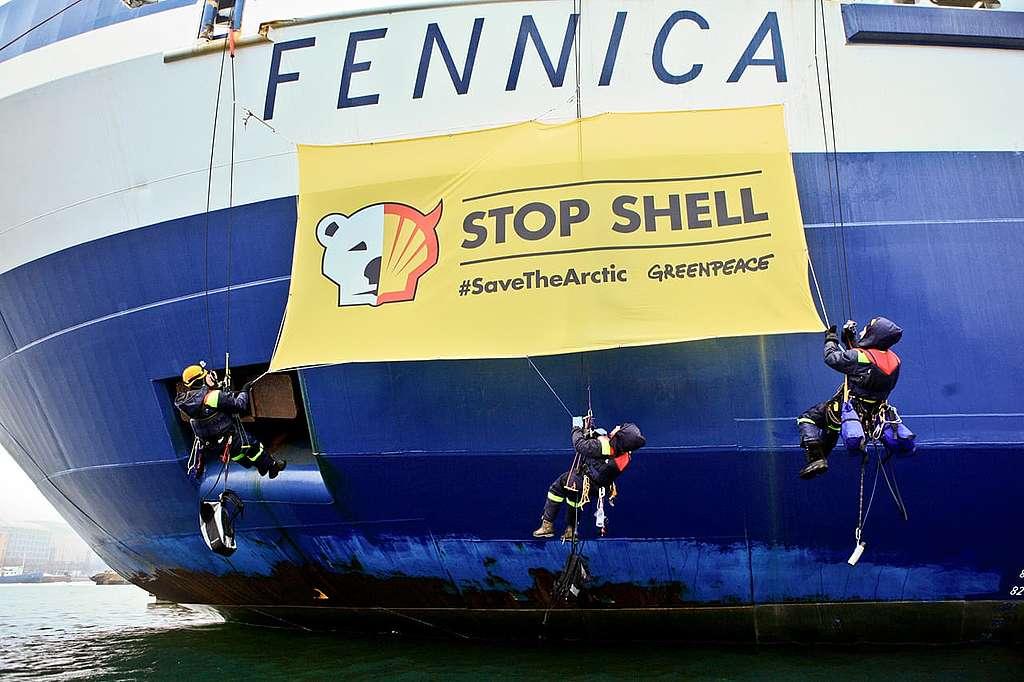 Greenpeace-Kletterer ketten sich an Shell-Eisbrecher