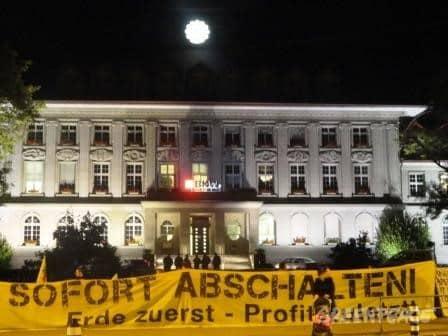 Ein paar Dutzend Atom-Kritiker haben am Mittwoch Abend vor dem Hauptsitz der BKW in Bern friedlich protestiert