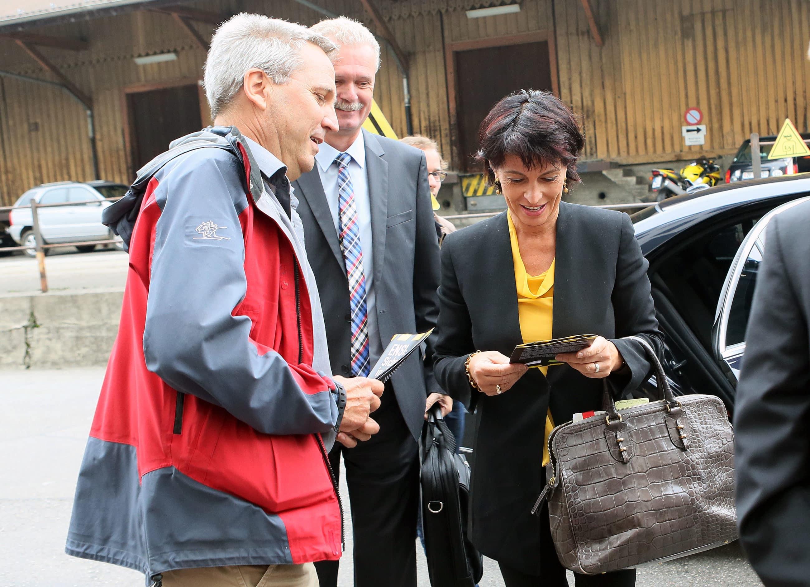 BR Leuthard mit Kaspar Schuler von Greenpeace.