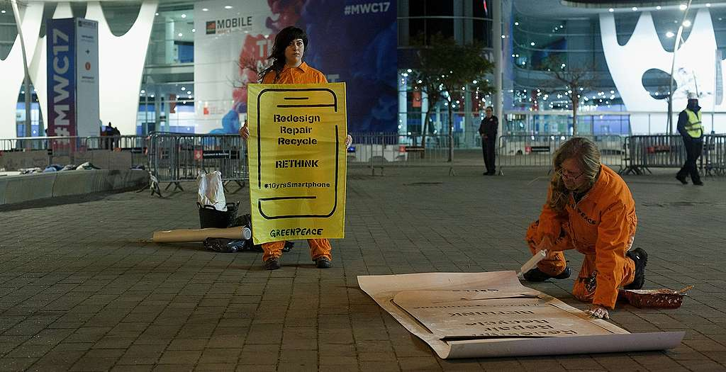 Das Sorgentelefon: Greenpeace-Report blickt auf zehn Jahre Smartphones zurück