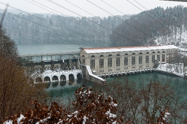 Die Wohlensee-Staumauer beim AKW-Mühleberg