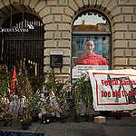 AktivistInnen blockieren die Credit Suisse und UBS