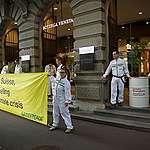 Des militants bloquent Credit Suisse