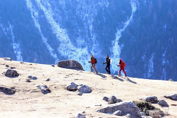 東亞地區登山者穿著不含PFC衣物登上五千公尺的四姑娘山