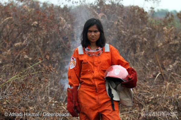 Larasati Wido Matovani volunteer Greenpeace Indonesia Forest Fire Prevention (FFP) team stands on the hotspot location after extinguishes fires at a peatland in Sedinginan, Tanah Putih, Rokan Hilir, Riau, 24 Oktober 2016. The Greenpeace FFP team is deployed for the first time in Riau to extinguish and prevent fire in peatland area.