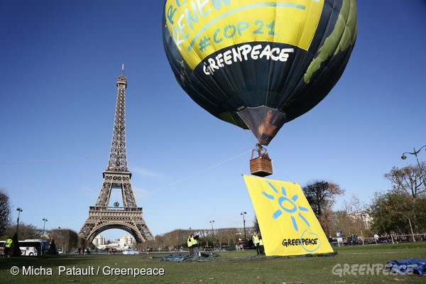 巴黎鐵塔前的地球熱氣球,為再生能源升起