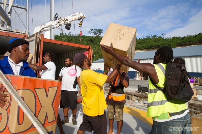 船員卸下給帕姆颱風災民的援助物資