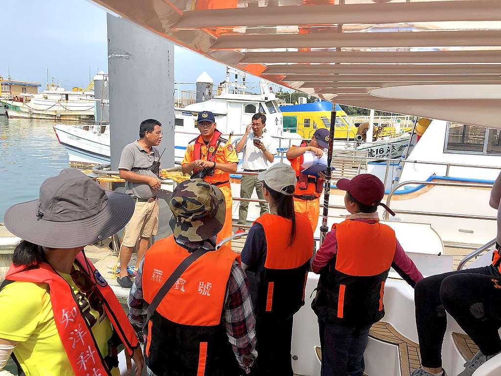 鯨豚觀察員訓練過程,出海前,兩位海巡登船盤查船上人數並一一核對身份。