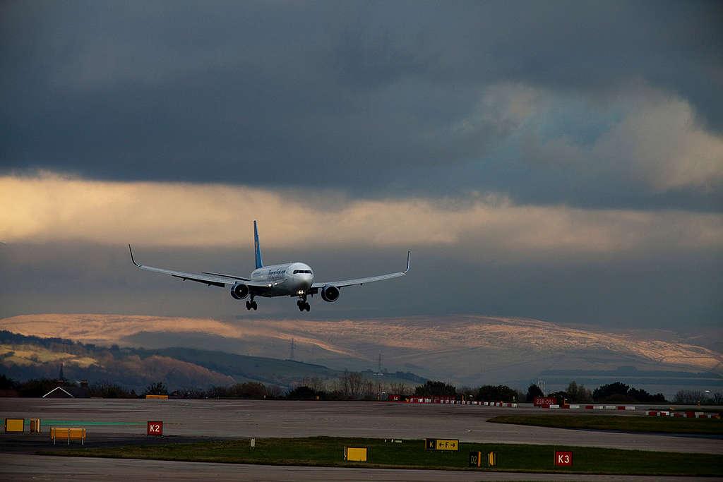 飛機屬於高碳排交通工具,因此旅行的交通可盡量選擇碳排較低的方式。
