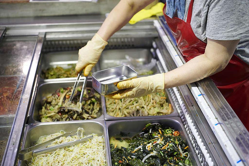 購買熱食常使用不鏽鋼碗填裝,不僅衛生又好清洗。