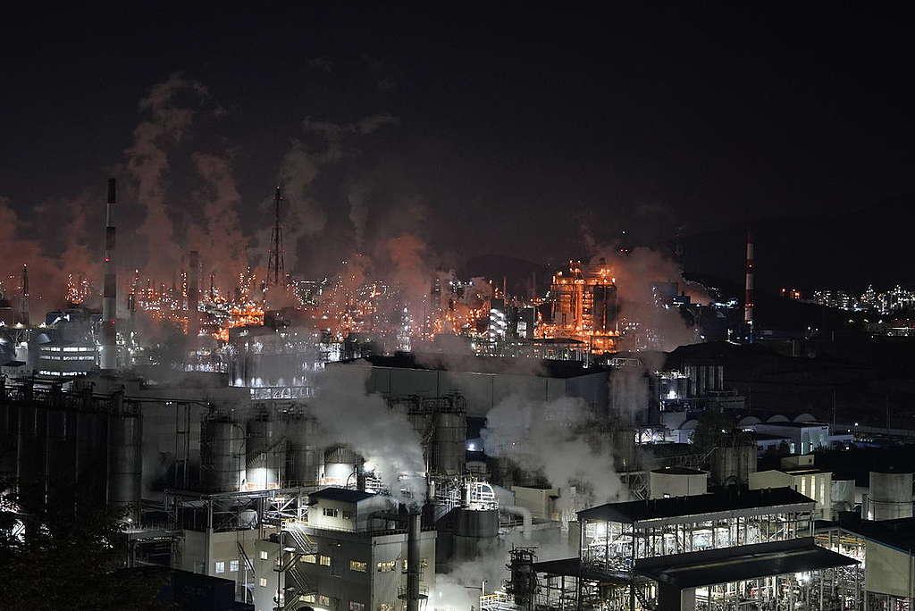 工廠在夜晚排放廢氣,自2015年以來,該工業園區中的235家公司被發現排放大量碳排,證明是在管理系統上出現嚴重疏失。