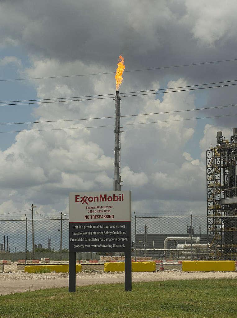 埃克森美孚石油公司是全球最大的石油公司之一,也逐漸遭到投資銀行撤資。